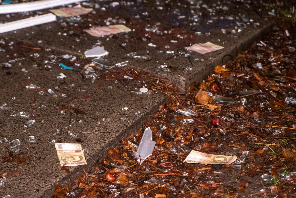 От мощного взрыва улицу усыпало купюрами