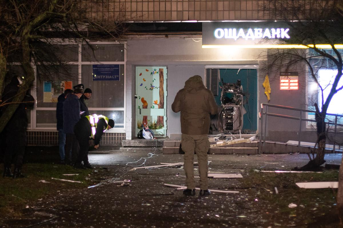 Двое неизвестных взорвали отделение банка