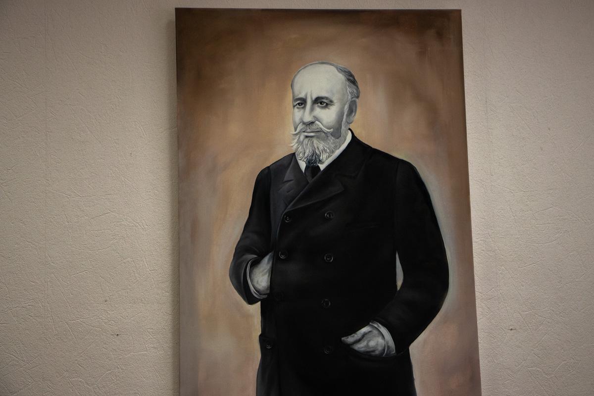 В кабинете у директора находится портрет Лазаря Бродского - сахарного магната, благодаря которому крытое здание рынка на Бессарабке в итоге и появилось на свет