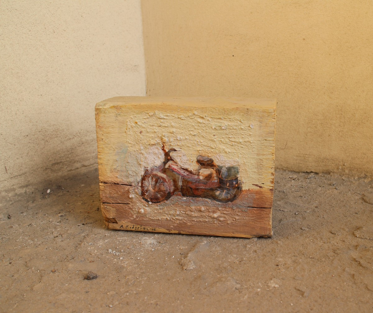 Александра Кадзевич решила использовать в качестве холста найденные деревянные бруски