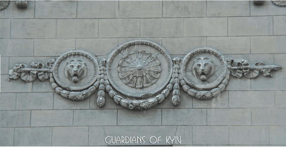 Два царя зверей охраняют дом на улице Крещатик