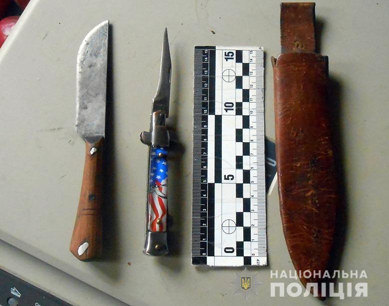 Полицейские изъяли с места ножи