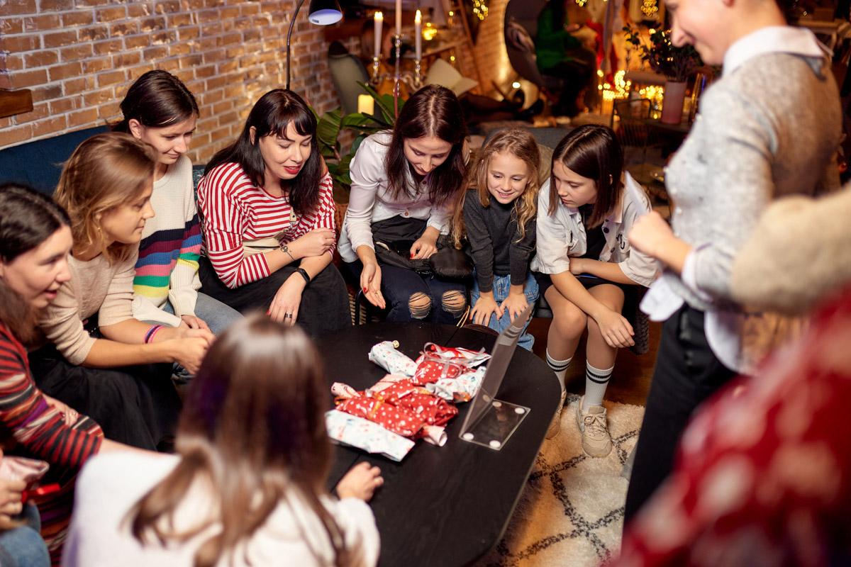 традиционная новогодняя игра — pakkeleg, в которой участники обмениваются подарками