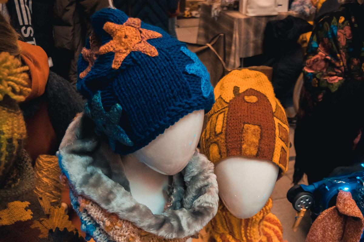 По сниженным ценам предлагают как шмотки «секонд-хенд», так и нереально модные вещи от украинских дизайнеров.