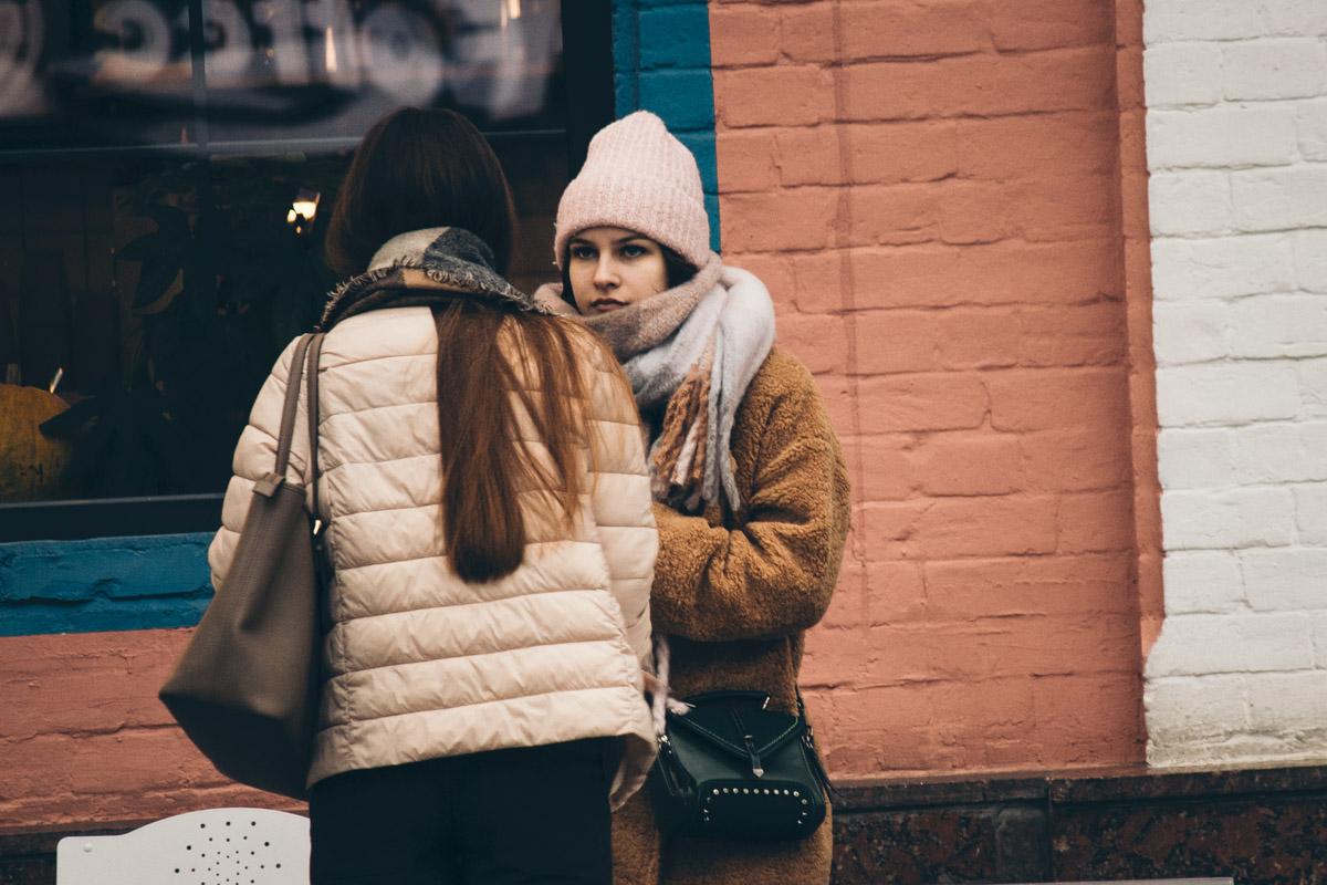 А с подругой поболтать можно и в снег, и в зной