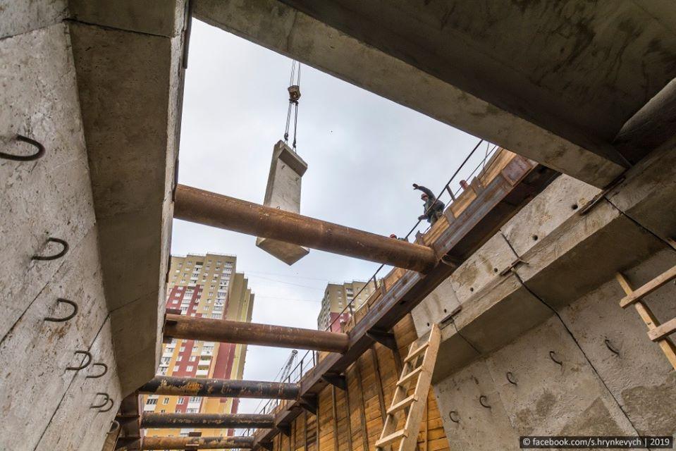 Стеновые блоки подают краном в котлован