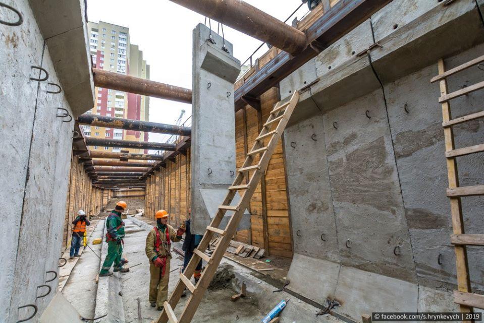 Рабочие принимают конструкции