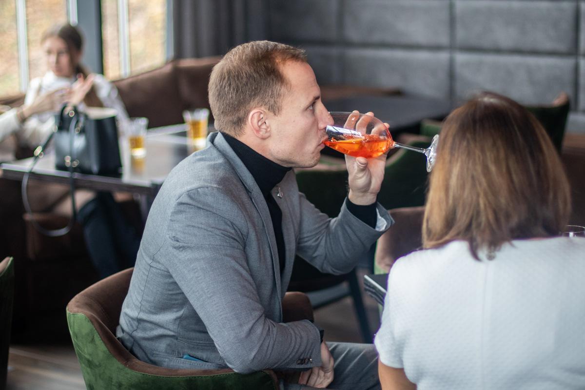 Гости размещались на мягких креслах и попивали коктейли