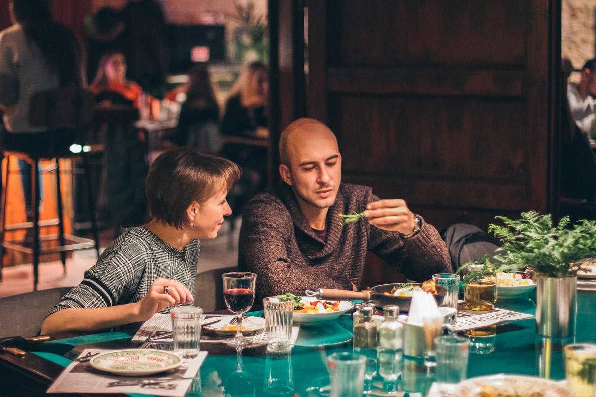 Вся еда будто домашняя, только немного модернизированная, на современный манер, она напоминает о детстве и молодости