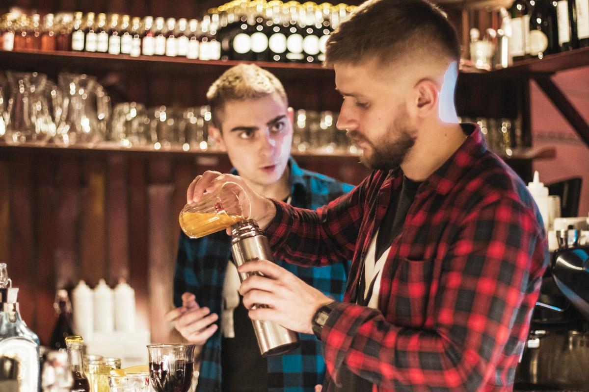 """Алкоголь тоже очень доступный, есть как """"чистые"""" напитки, так и коктейли типа """"Отвертки"""" или виски с колой"""