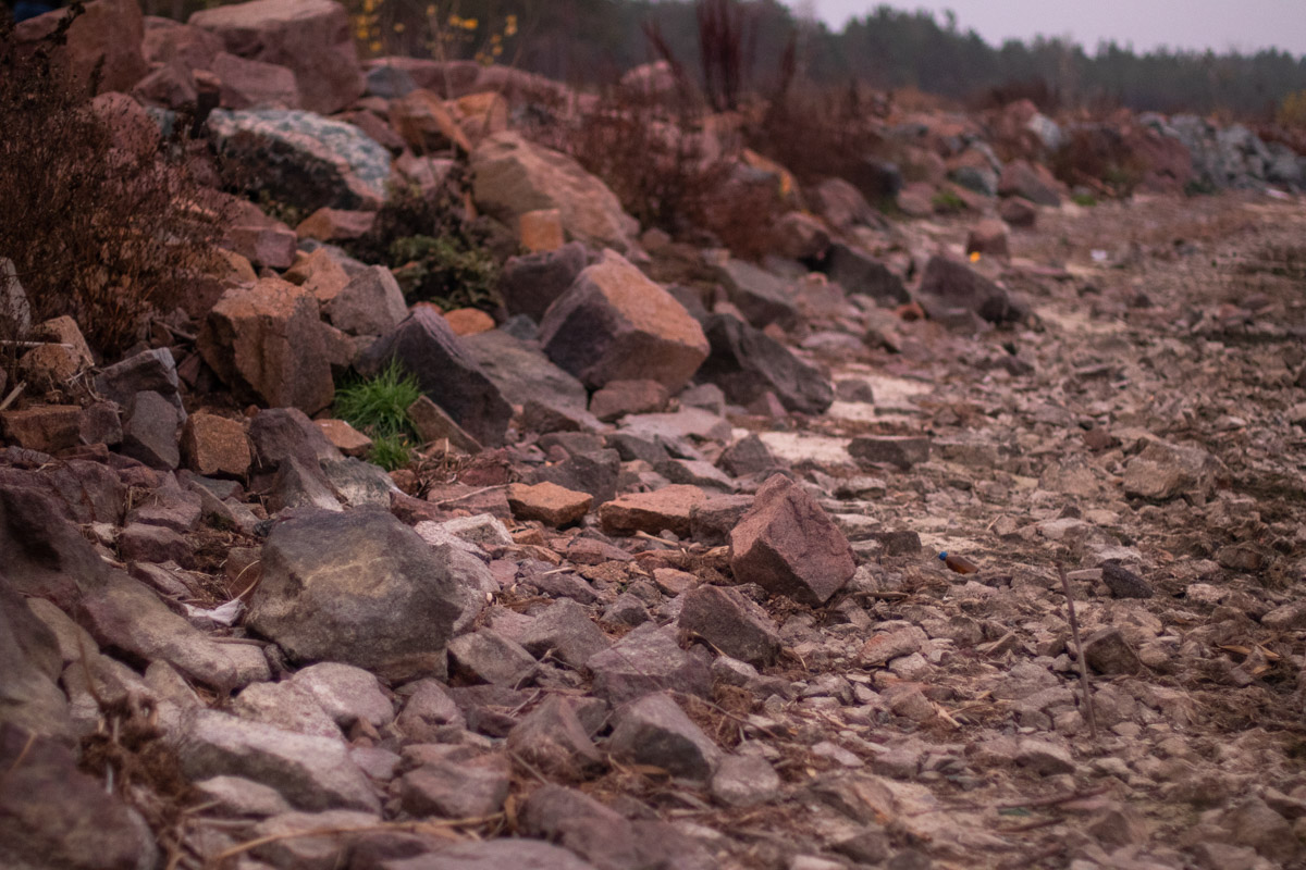 А возвращаясь в шумную столицу, ты наблюдаешь, как мимо пролетает неосязаемая синева и камни, камни, камни...
