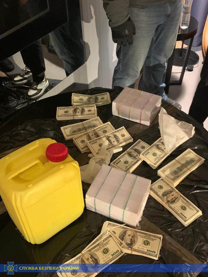 Африканец продавал фальшивые 200 тысяч долларов фермерам из Киева