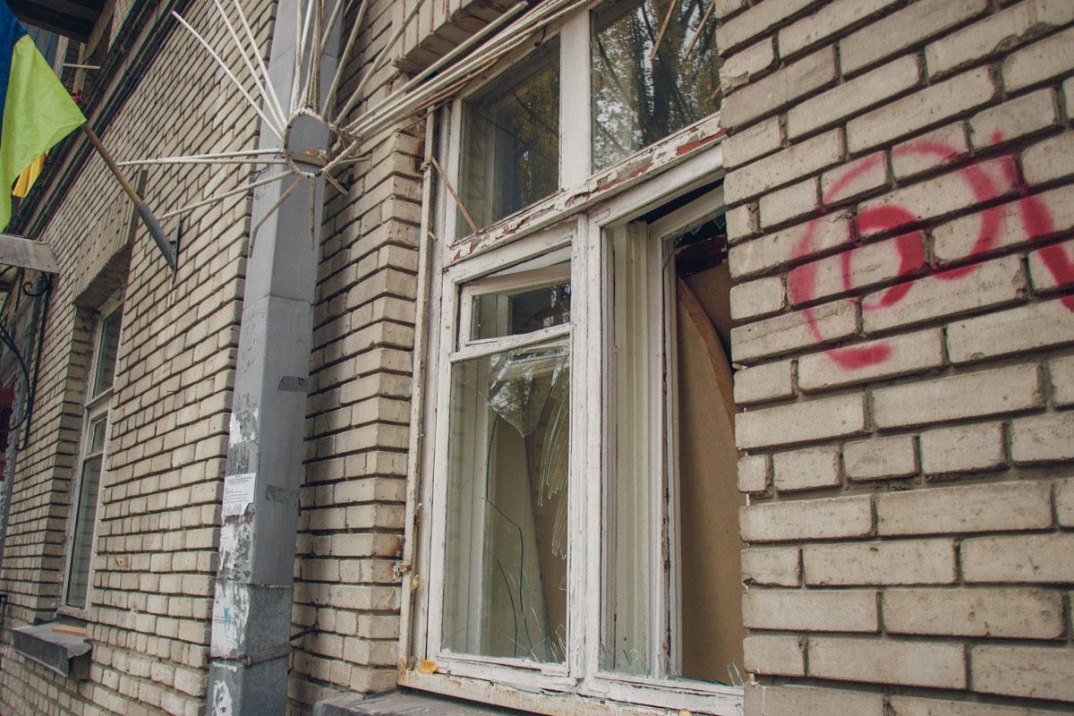 Неизвестные люди не только избили людей, но и начали врываться в квартиры, бить окна и баррикадироваться внутри