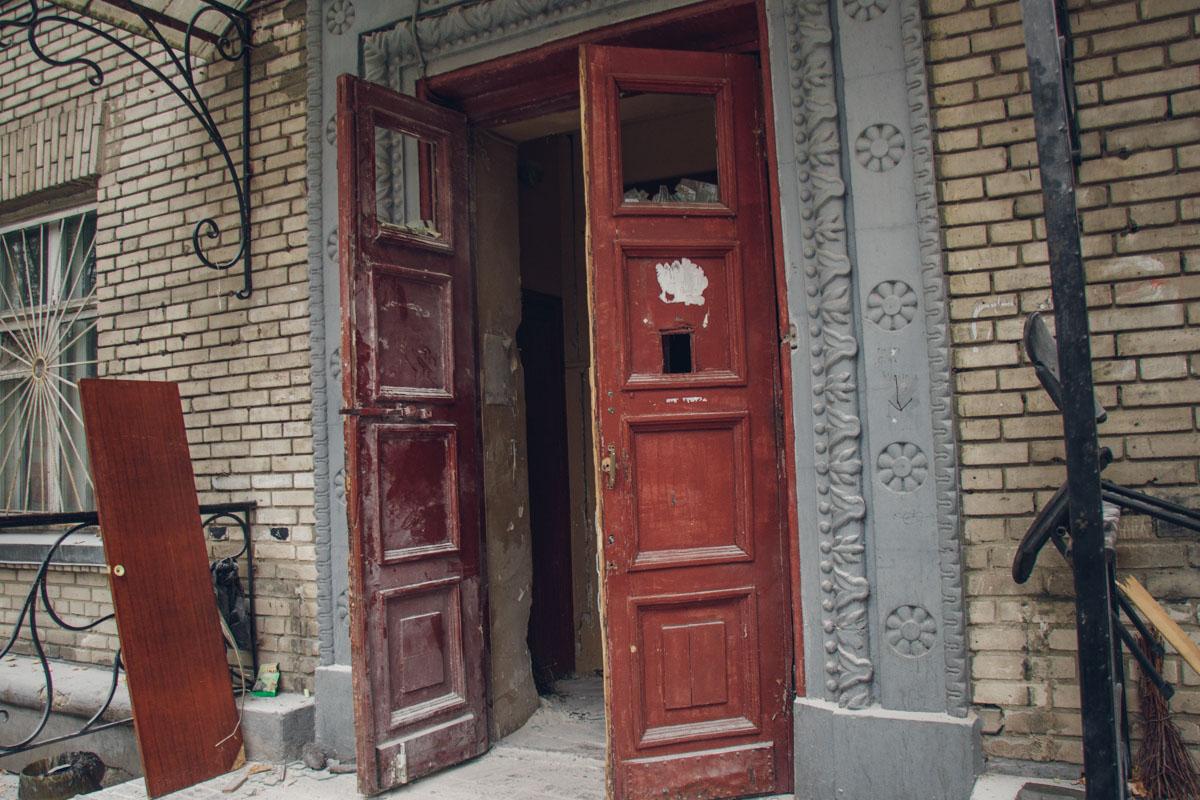 В результате двери и внутренние помещения в здании сейчас выглядят вот так