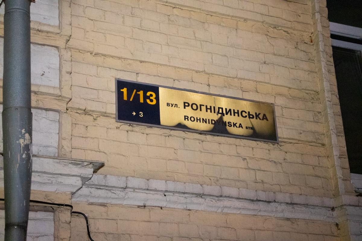В центре Киева парень выпрыгнул с третьего этажа, перед этим прокусив руку знакомому