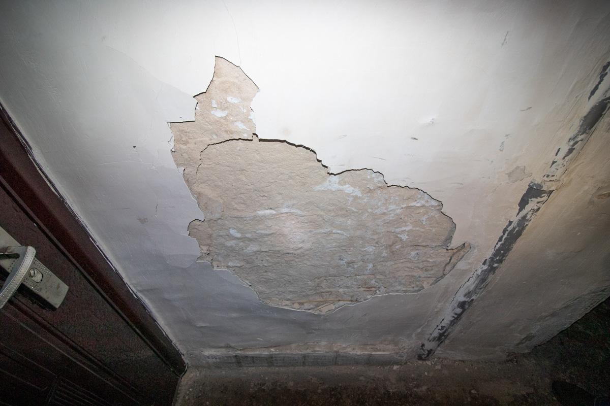 А на стенах начинает осыпаться штукатурка