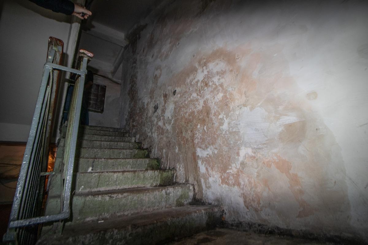 В результате ближе к первым этажам стены выглядят вот так
