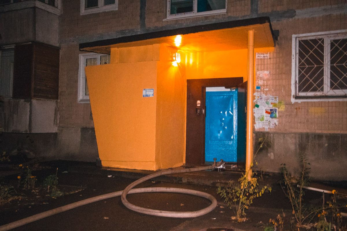 4 ноября в Деснянском районе Киева загорелся подъезд жилого 9-этажного дома по адресу улица Шолом-Алейхема, 9