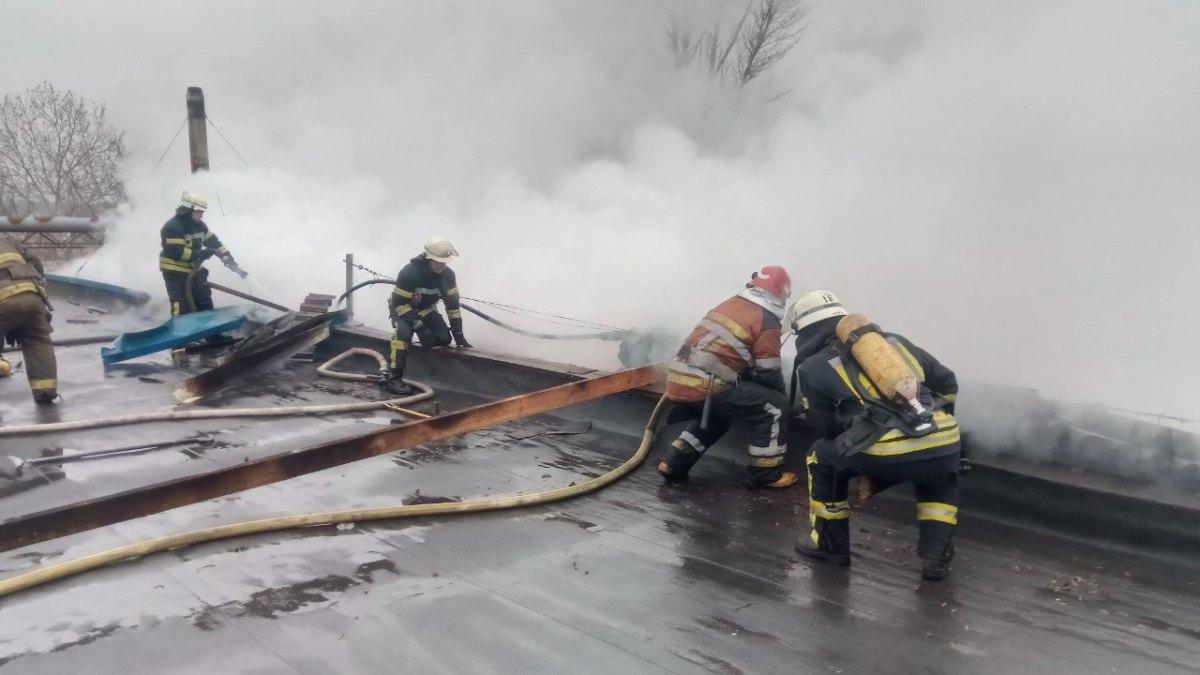 В Киеве на Русановских садах загорелись склады