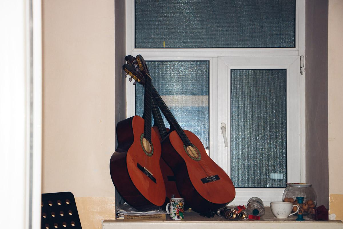 Пока жильцы пытаются понять, как жить в полусгоревшем и затопленном доме дальше, в его подвале работает музыкальная школа