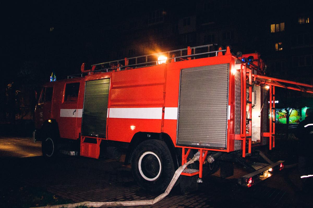 Спасатели не допустили распространения огня на соседние магазины