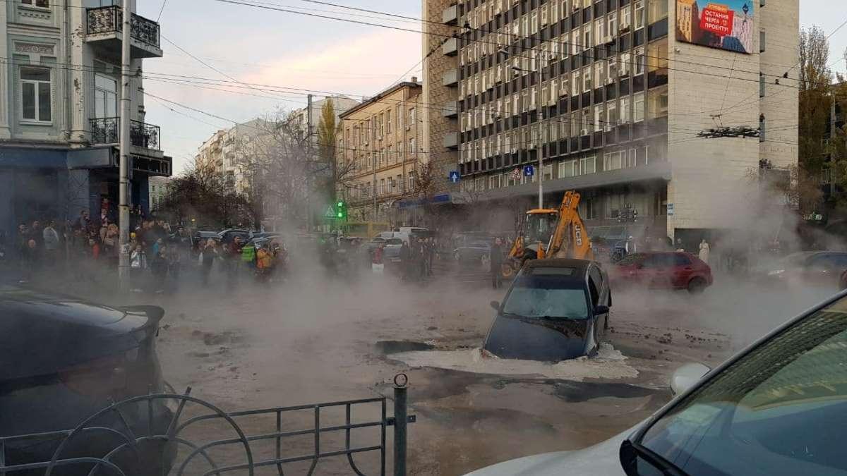 Во вторник, 5 ноября, в центре Киева прорвало трубы горячего водоснабжения, пострадали автомобили