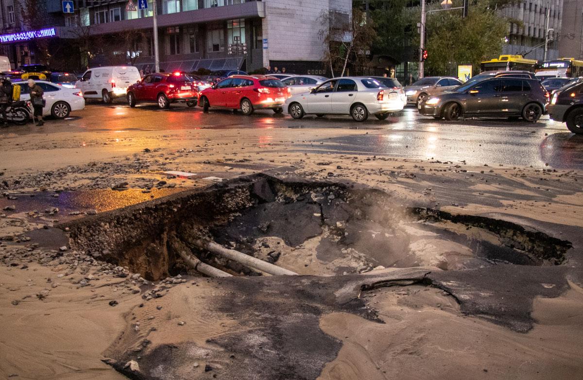 К счастью, водители авто, которые провалились в две большие ямы, сильно не пострадали