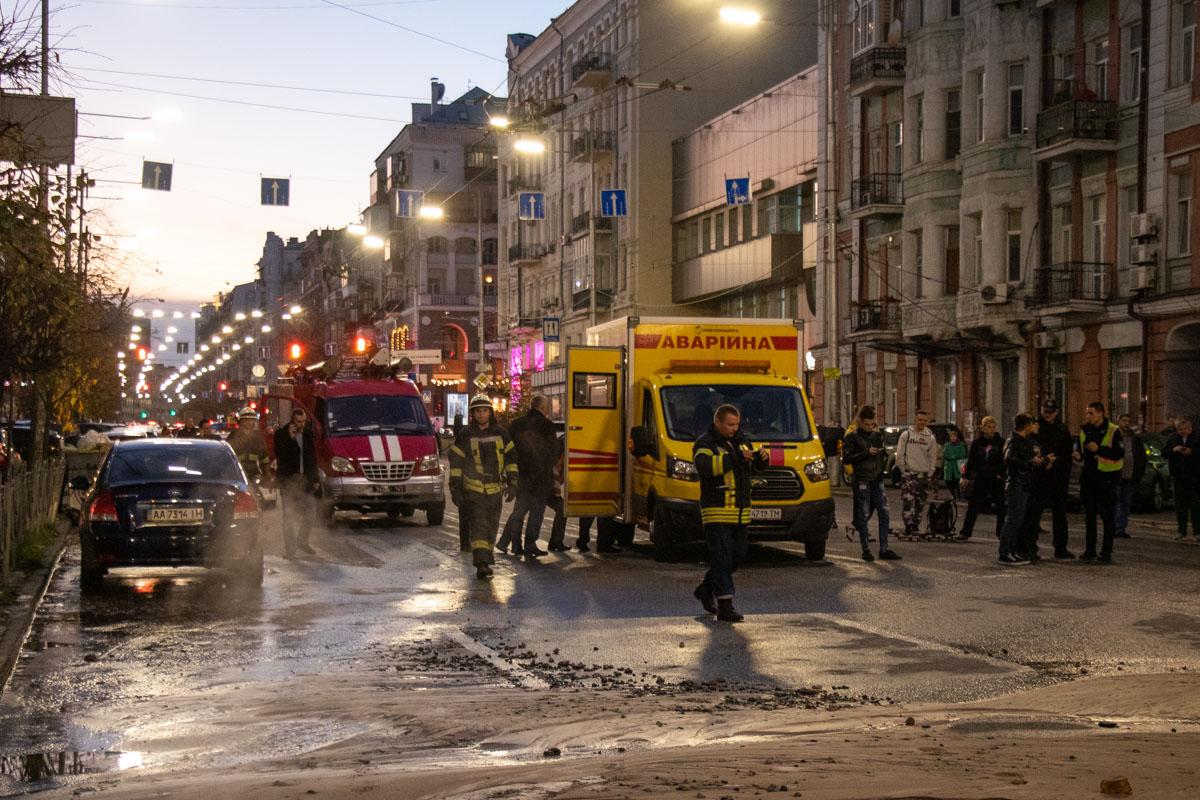 На месте уже работают коммунальщики, дежурят спасатели и правоохранители, они пытаются ликвидировать последствия аварии