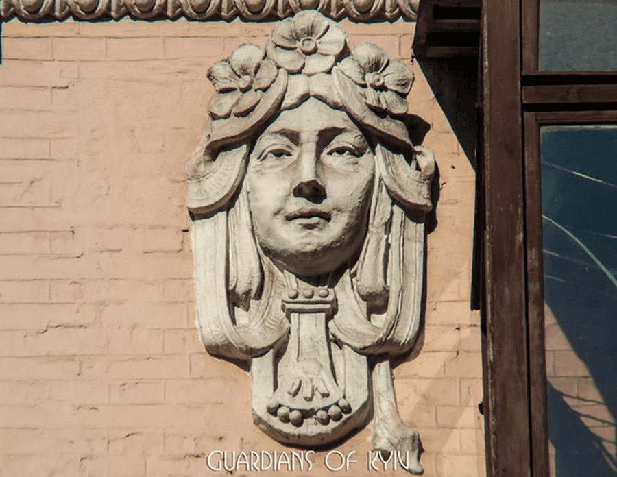 Маскарон женщины считается проявлением творчества художника и музой города