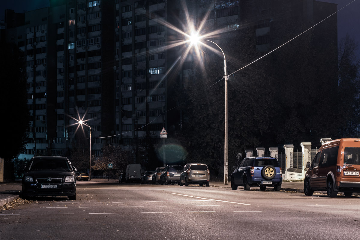 Улица выглядит достаточно интересно и загадочно, если смотреть на нее посреди ночи