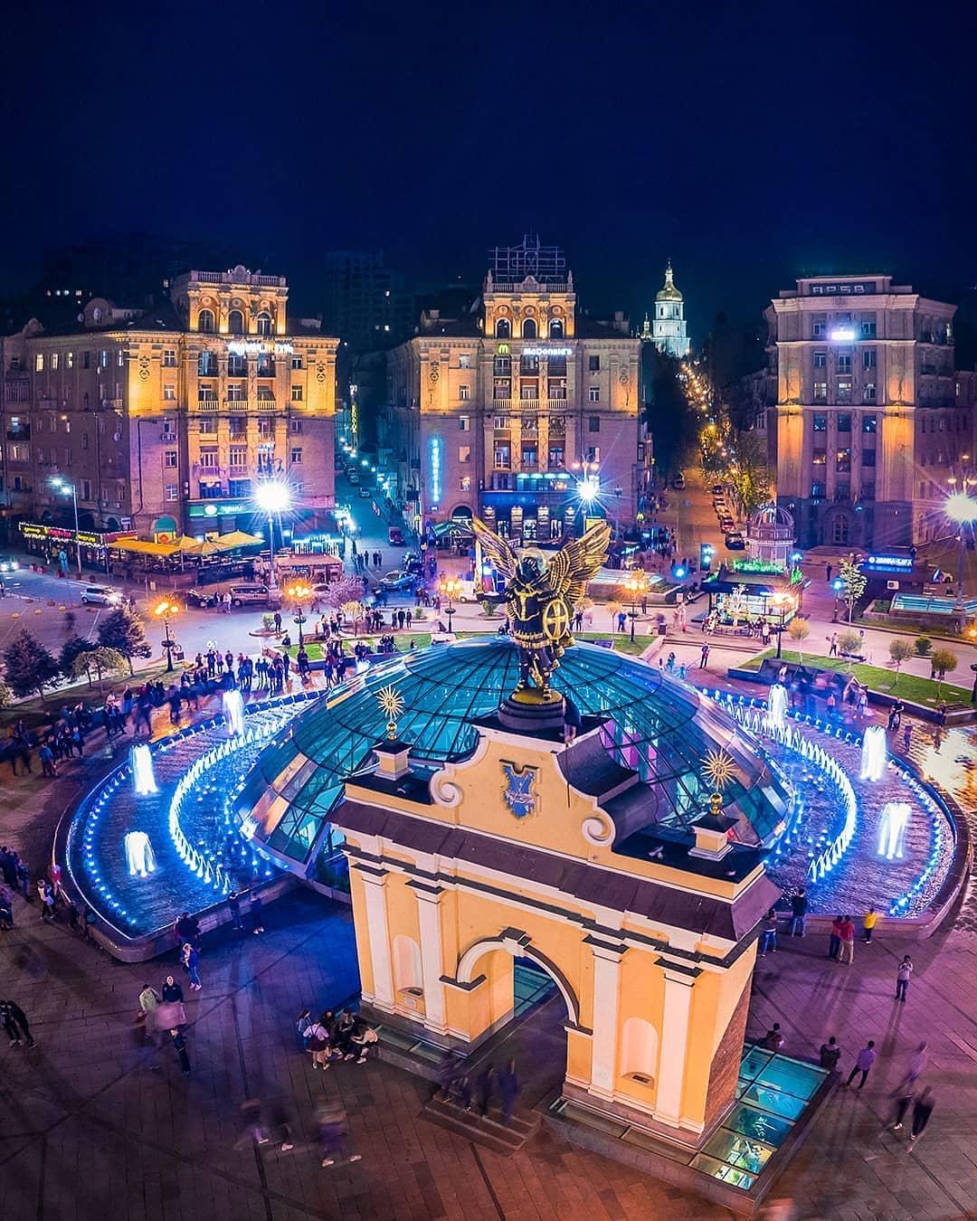Ну а центр столицы, уже привычно, переливается яркими красками. Фото от @kharkiv_pixel