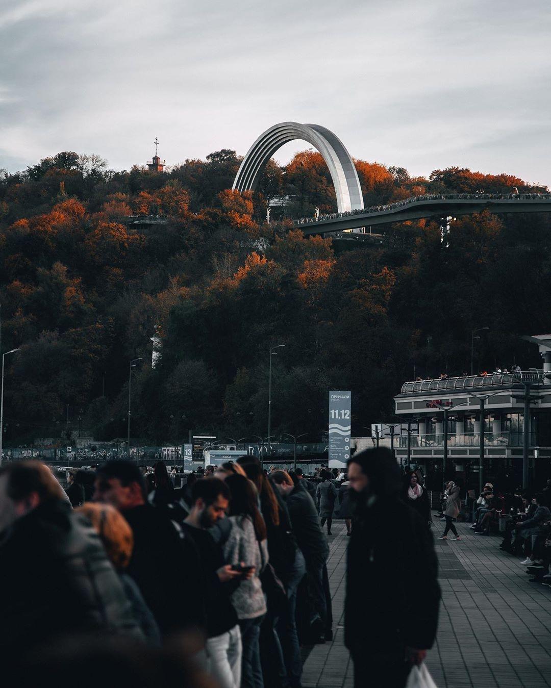 Продолжим же подборку традиционным для последних месяцев снимком от @sergey.bogun - Крещатый парк, украшенный бордовой листвой