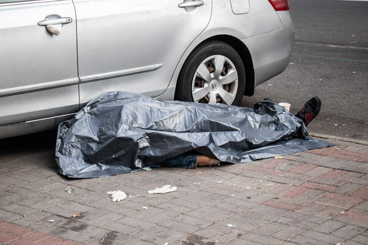 Когда он подошел к машине, то он упал и мгновенно умер