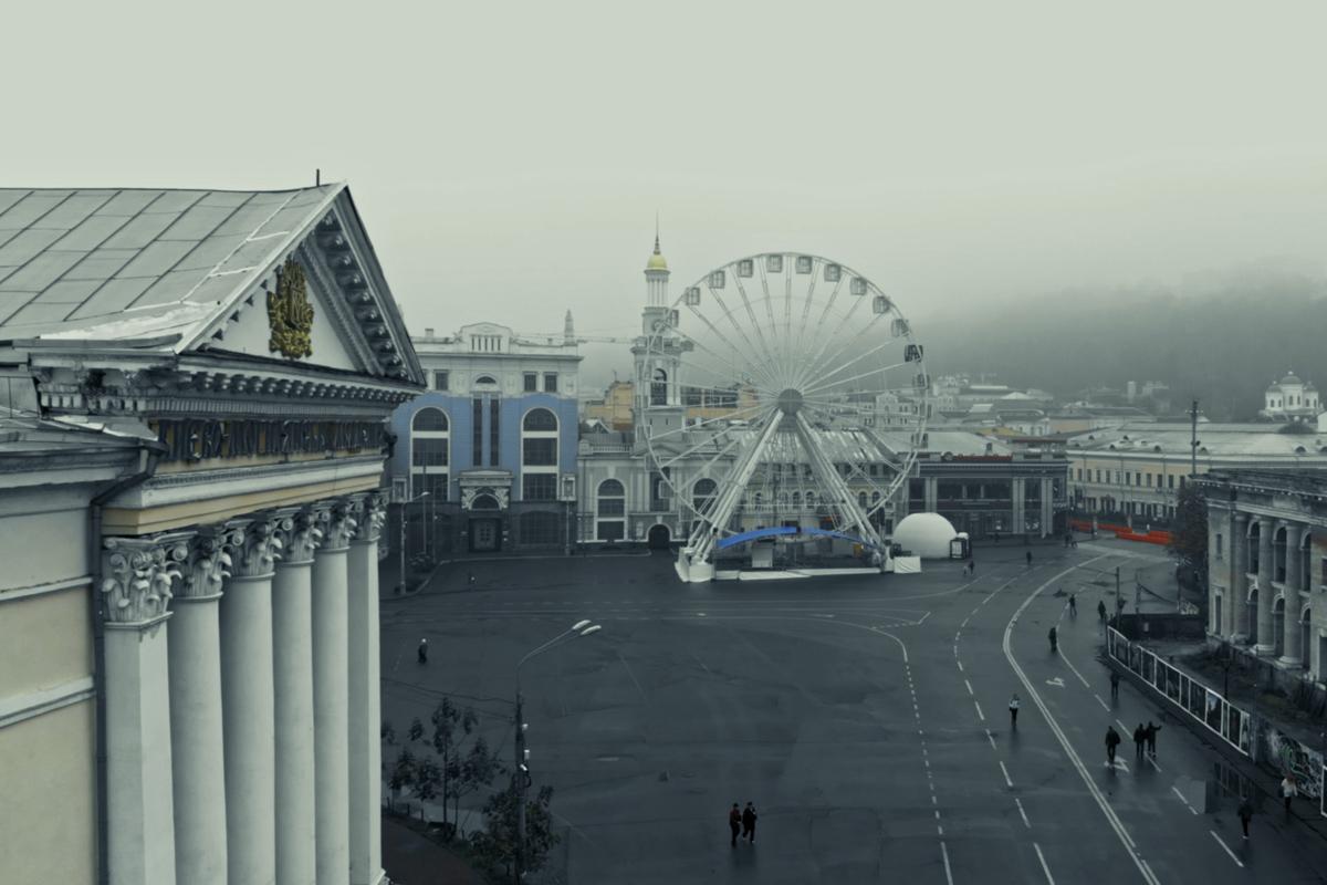 Туман занимает все пространство, скрадывая привычные очертания города