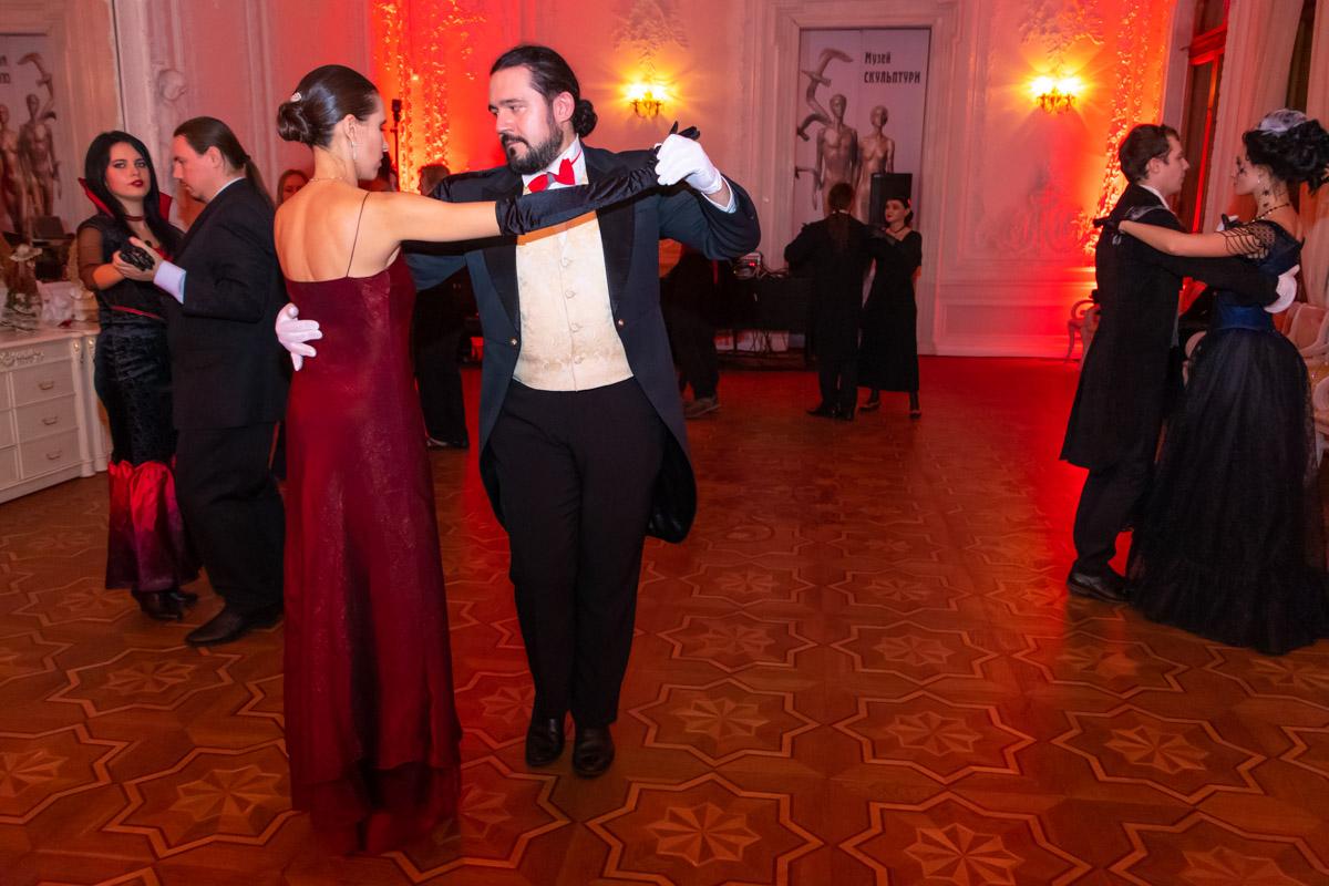Гости мероприятия приглашали друг друга и танцевали вальс, импровизированное танго и кадриль