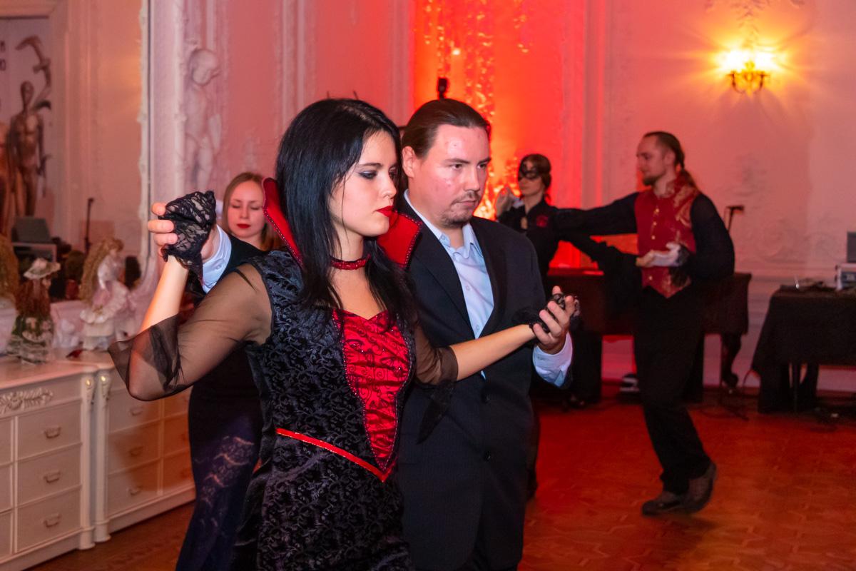 Некоторые гости пришли большой компанией, а кто пришел один - охотно общался с другими и знакомился во время танца