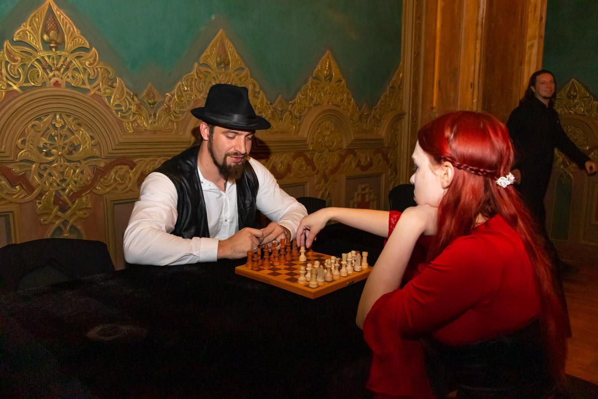 Во что еще играть бессмертным сущностям как не в классические шахматы?