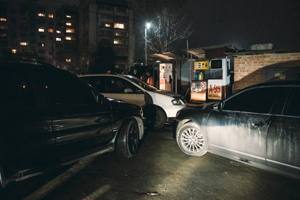 Подъезд техники блокировали автомобилями
