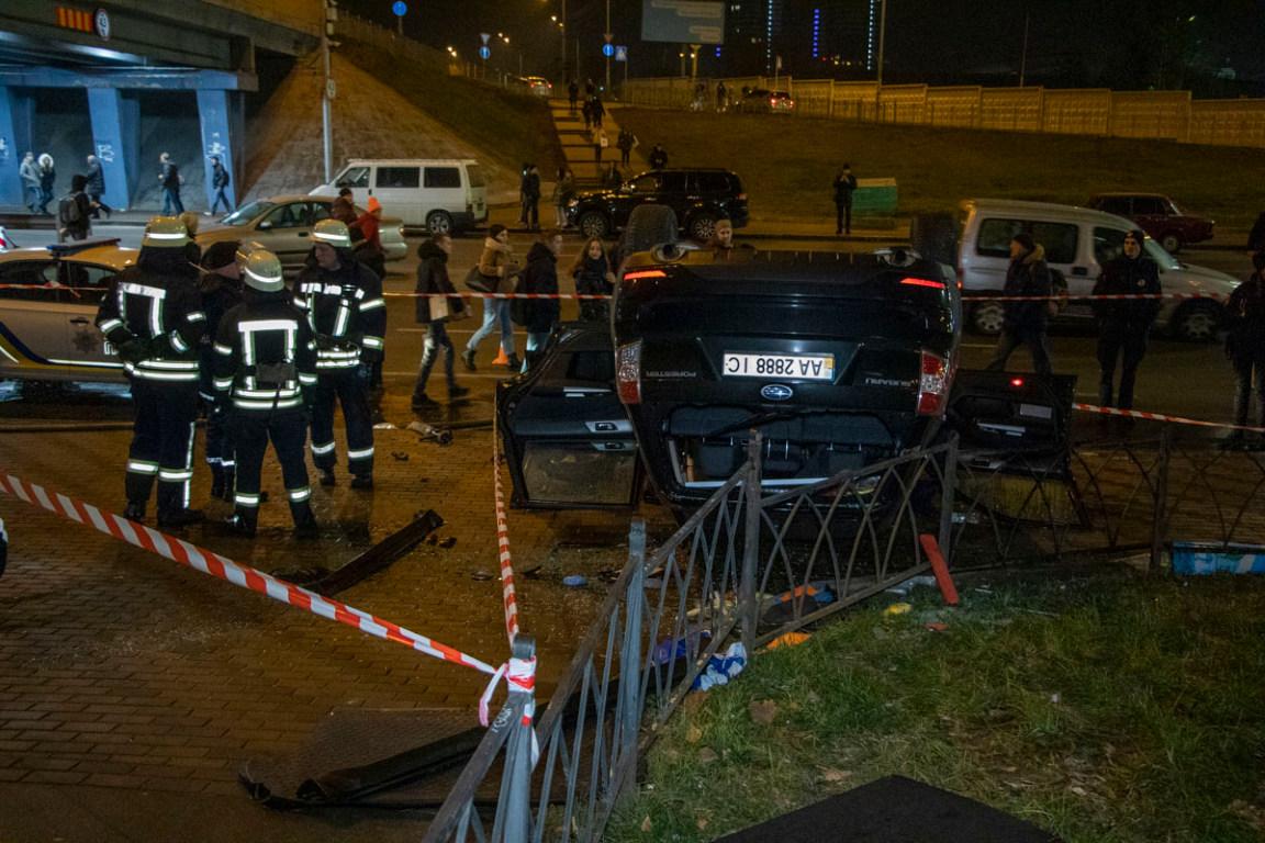 Из-за возможного возгорания автомобиля, территорию перекрыли лентой