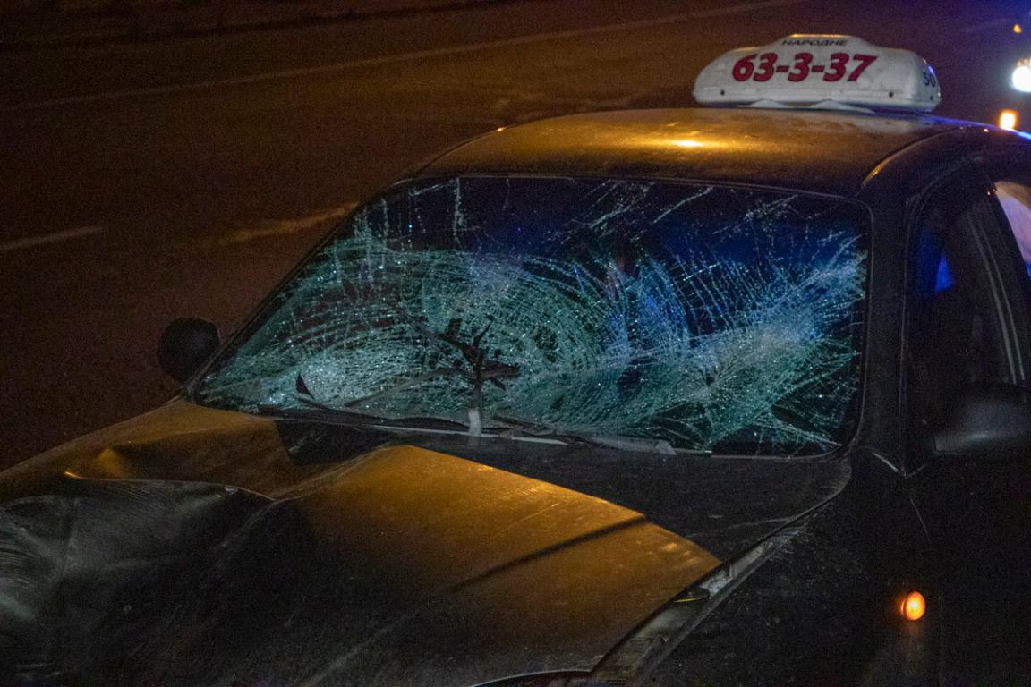 У машины разбито лобовое и заднее стекло и раскуроченный капот
