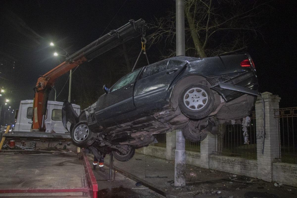 В Киеве на Алматинской Mercedes влетел в столб