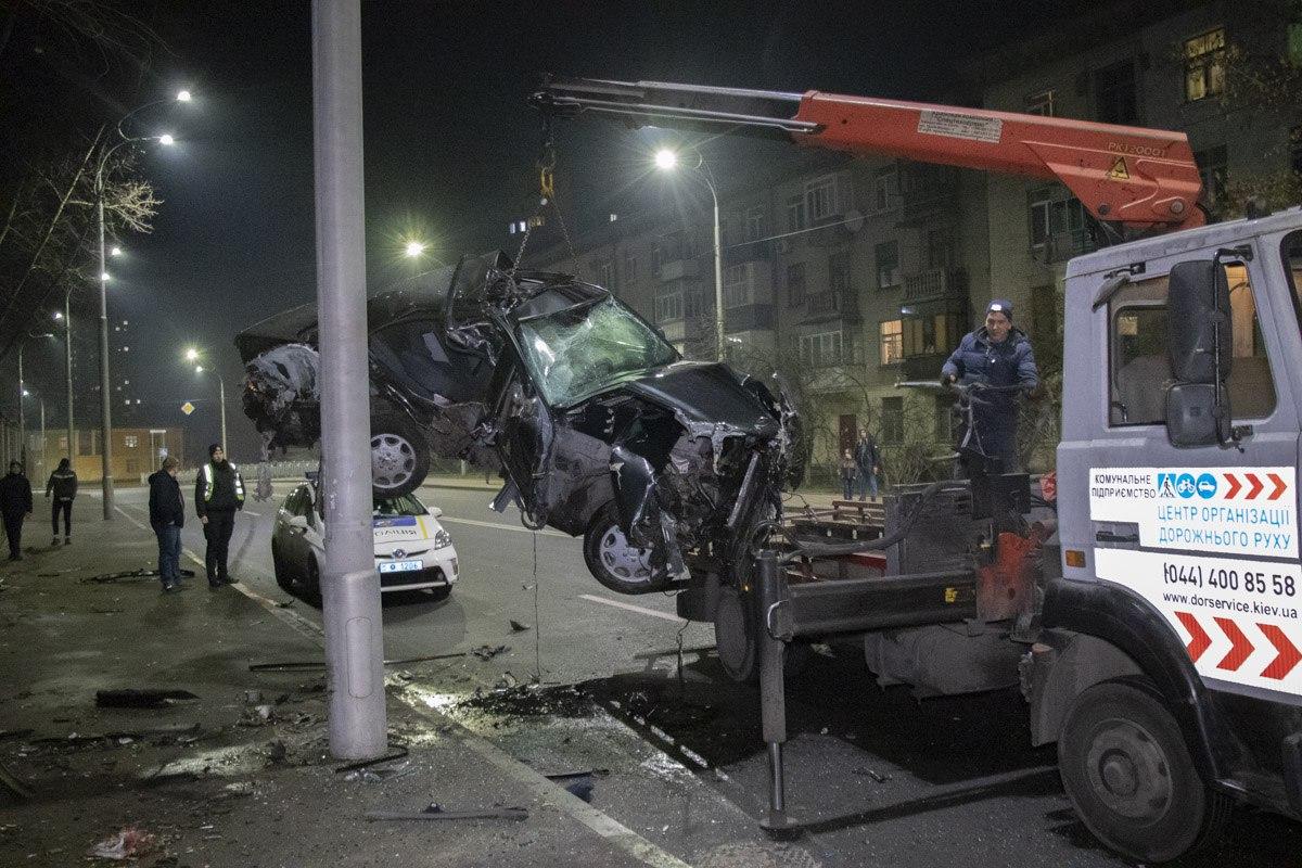 Автомобиль очень серьезно пострадал, однако его водитель скрылся с места ДТП