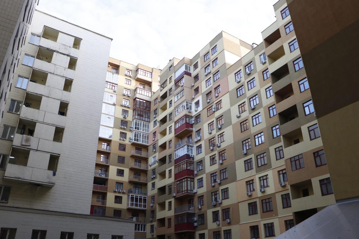 На общем балконе каждого этажа установлены камеры