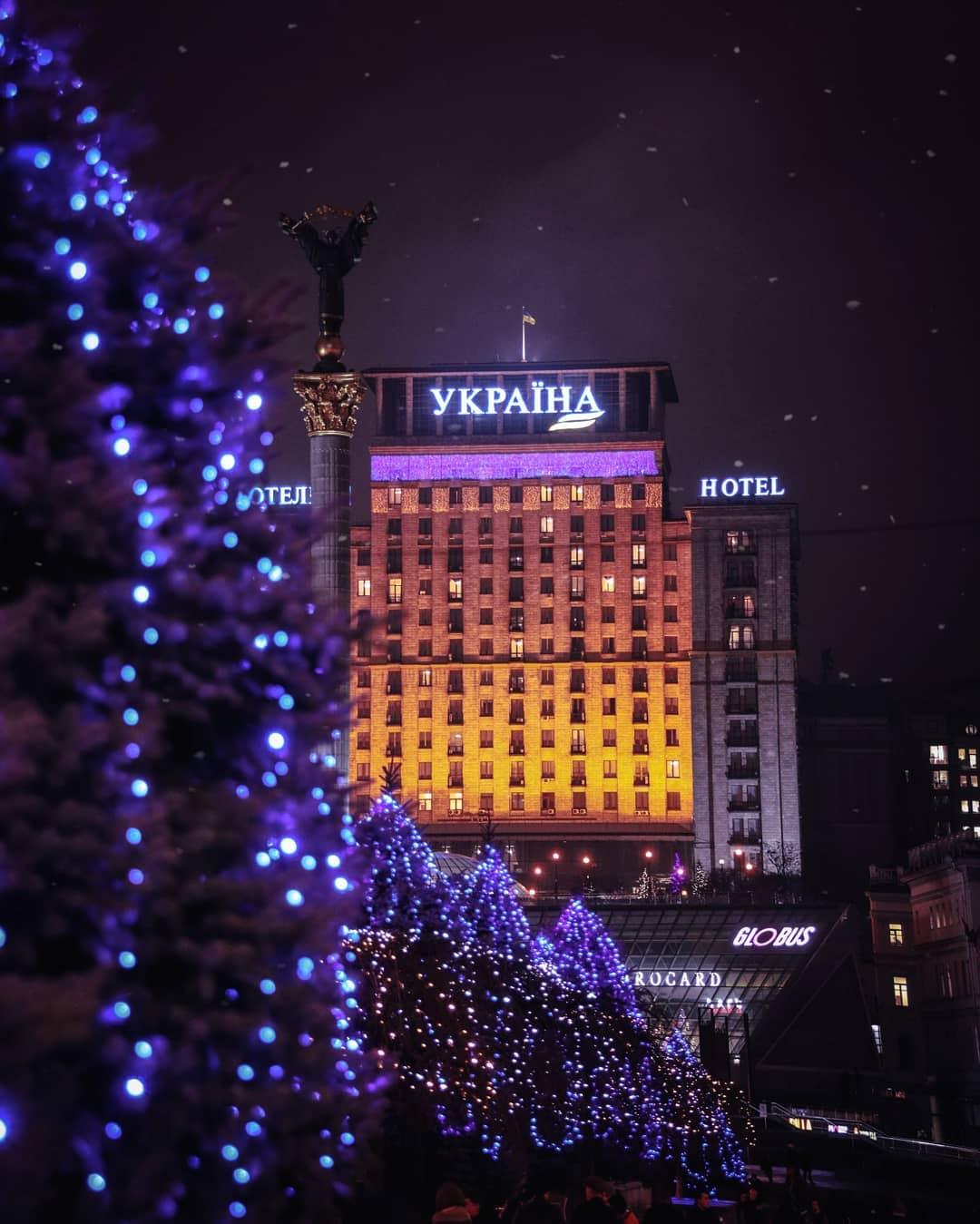 На самом деле для создания новогодней атмосферы достаточно правильной подсветки. Фото - @istetsen