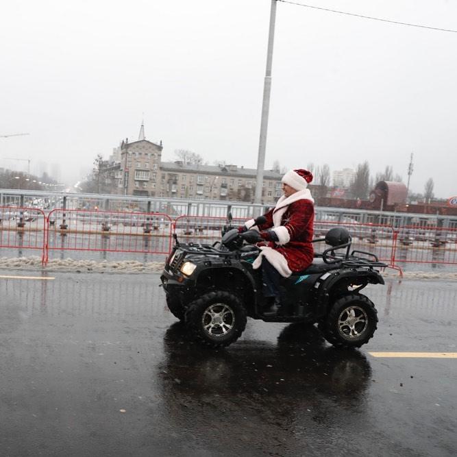 Если у вас нет новогоднего настроения - к вам отправляется вот такой Святой Николай. Фото - @vitaliyklitschko