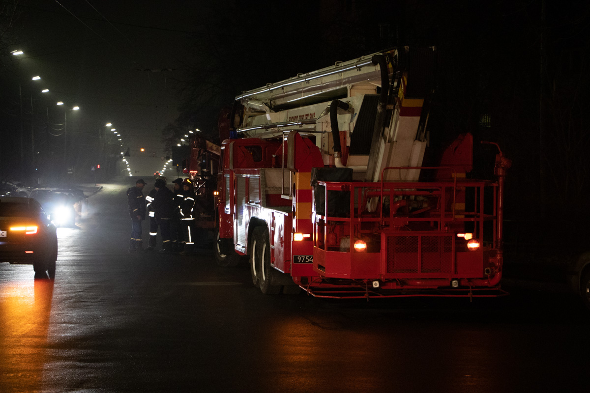 На место выезжало 14 единиц основной и специальной техники спасателей