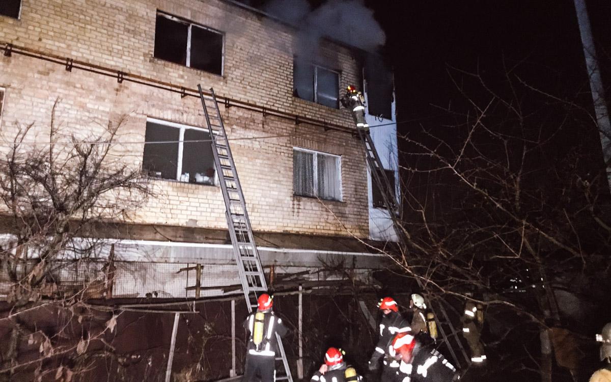 По адресу улицаАнатолия Журавского, 4 горели несколько комнат трехэтажного дома