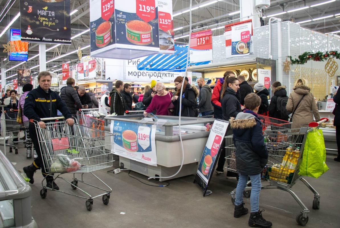 Люди с диким восторгом раскупали продукцию по акции: сыры, красную икру, курицу и рыбу