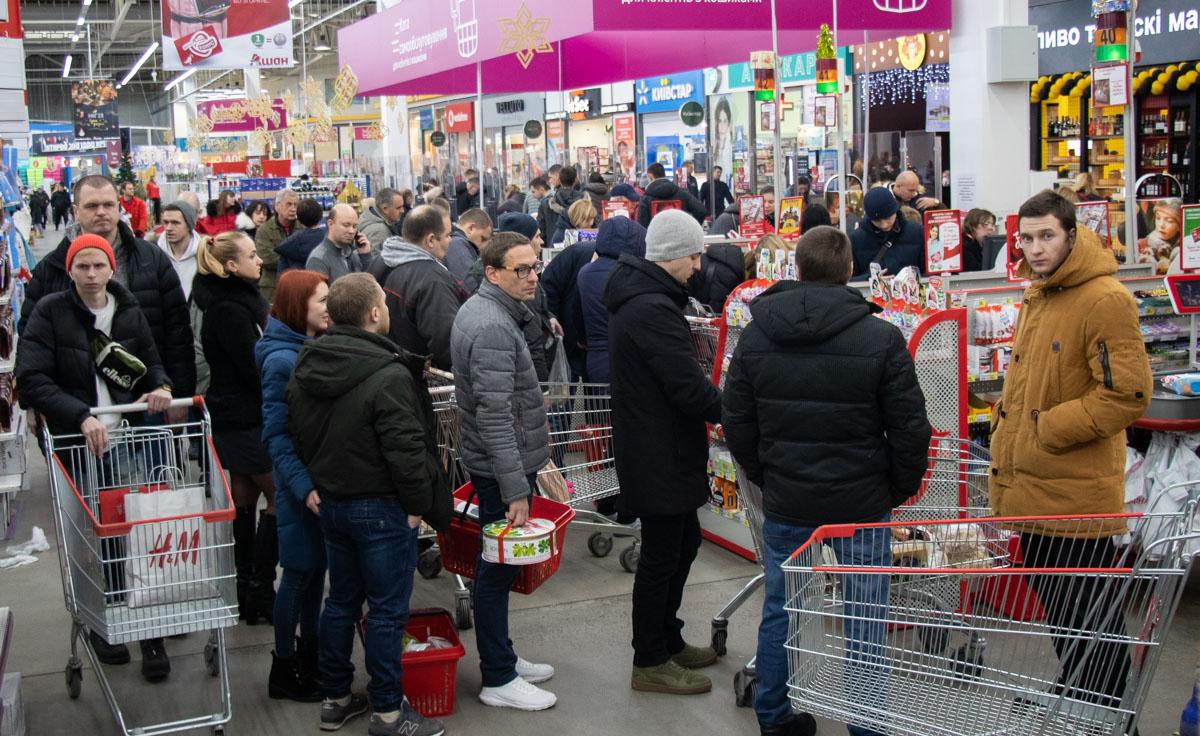 Народ ринулся за покупками, выстаивая километровые очереди, выхватывая последние лотки с яйцами и бутылки шампанского