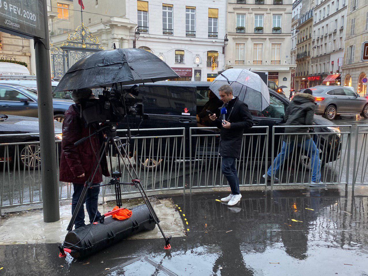 Журналисты ждут встречи в Париже. Фото - Telegram Андрея Павловского